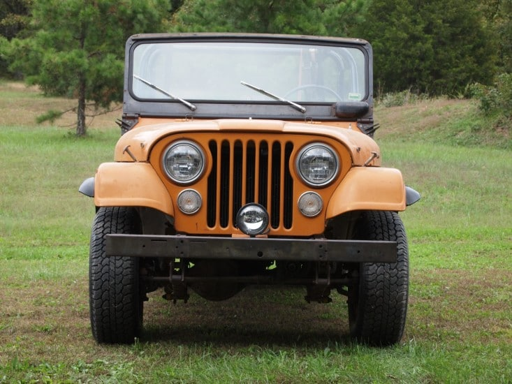 The iconic round headlights of Jeep!